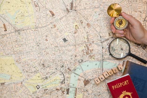 Elementi di viaggio sulla mappa vista dall'alto