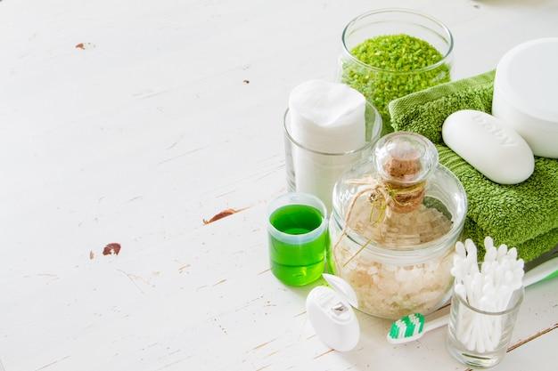 Elementi essenziali dell'igiene su fondo bianco