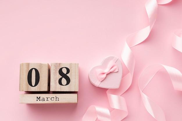 Elementi femminili rosa con scritte 8 marzo e spazio di copia