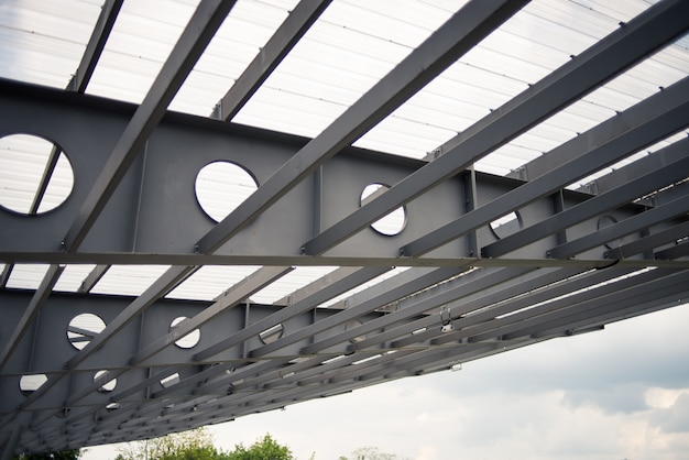 Elementi metallici della costruzione del ponte. i ponti in acciaio possono essere classificati in base al tipo di traffico trasportato principalmente ai ponti autostradali (carreggiate), che trasportano auto, camion, moto, ecc.