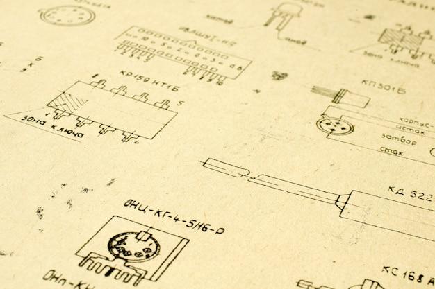 Elementi radio elettrici stampati su vecchia carta vintage come sfondo per l'istruzione, industrie elettriche, filmati di riparazione ecc. messa a fuoco selettiva con profondità di campo.
