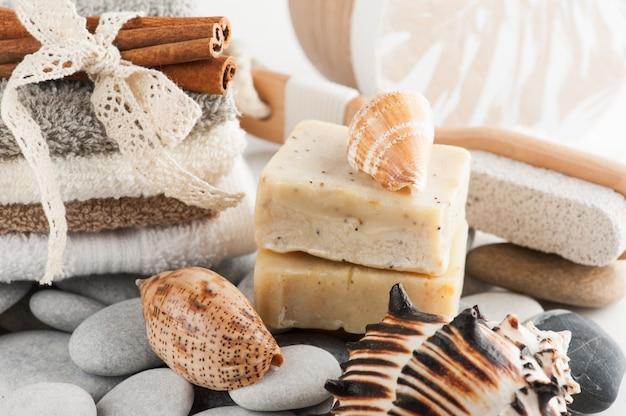 Elementi spa con asciugamani e sapone