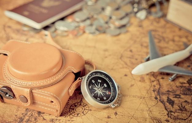 Elementi vintage dell'esploratore di viaggio sulla mappa d'epoca per il concetto di worl explorer