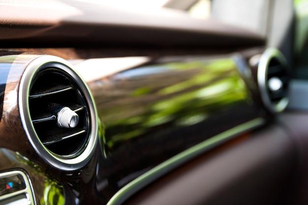 Elemento riscaldante nell'interno moderno dell'automobile. profondità di campo