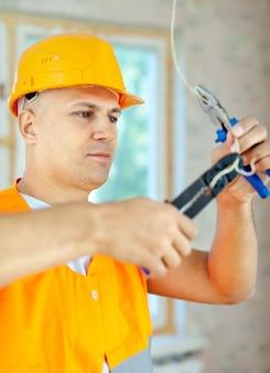 Elettricista che installa elettricità
