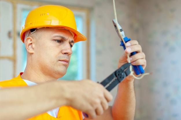 Elettricista installando elettricità