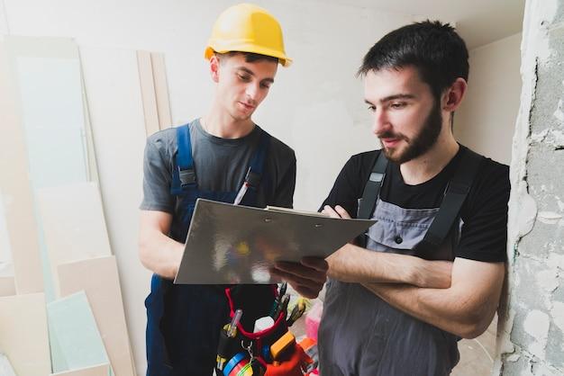 Elettricisti che lavorano sul posto