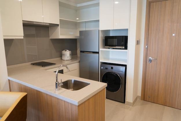 Elettrodomestici nella piccola cucina moderna.