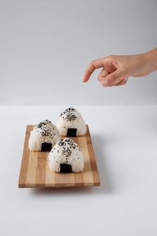 Elevato angolo di deliziosa palla di riso sul tritatutto