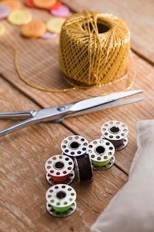 Elevato angolo di filo con forbici e navette per macchine da cucire