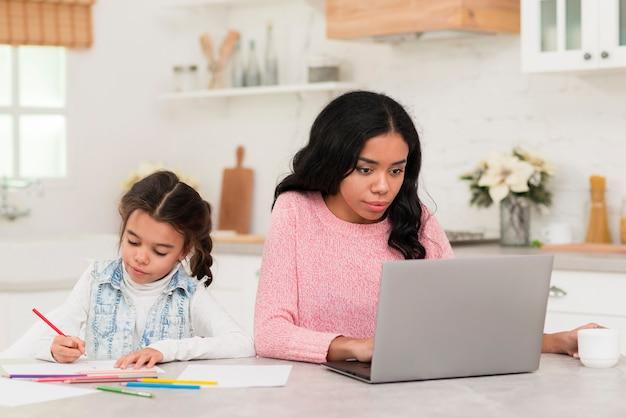 Elevato angolo di lavoro di mamma e figlia