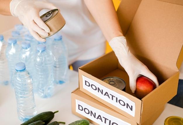 Elevato angolo di scatole con disposizioni per la donazione di alimenti