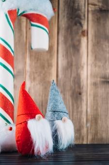 Elfi di natale con grande bastoncino di zucchero
