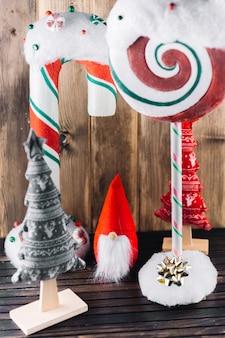 Elfo di natale con grandi caramelle sul tavolo