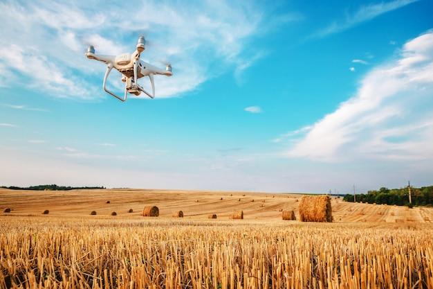 Elicottero quad drone su campo giallo
