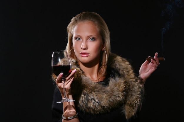 Ellegante bella donna con vino