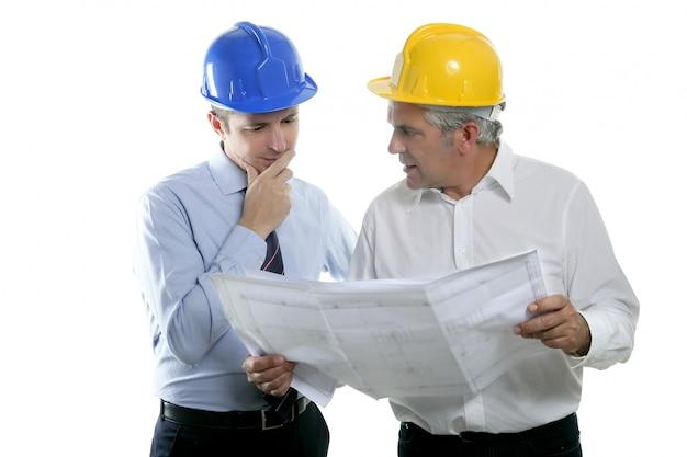 Elmetto di piano di squadra di due architetti architetto ingegnere