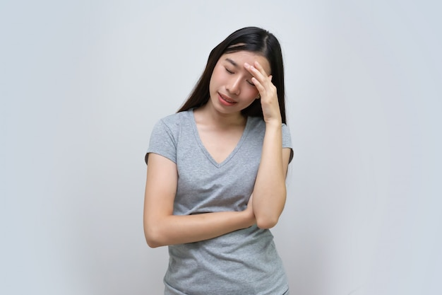 Emicrania asiatica della sensibilità della donna, bella giovane donna