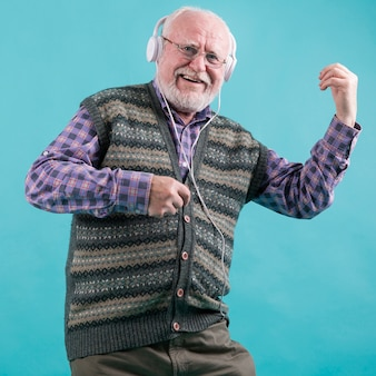 Emoticon anziano suonare la chitarra immaginaria