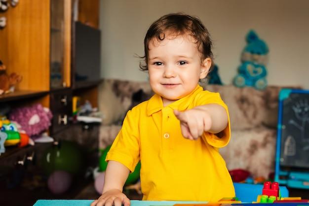 Emotivo bambino felice un ragazzo ride a casa