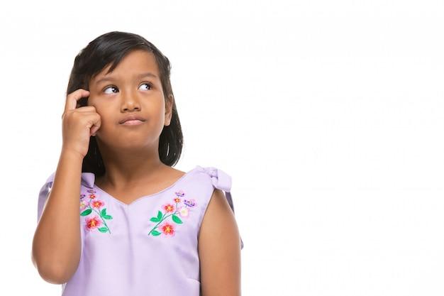 Emozione di pensiero della bambina scura asiatica sveglia sul fronte.