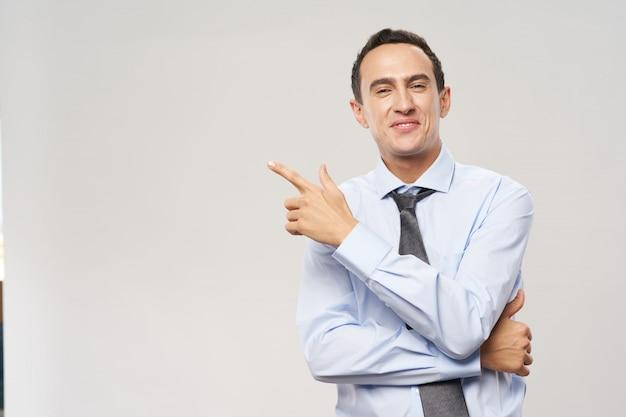 Emozioni di uomo d'affari vestito su diversi