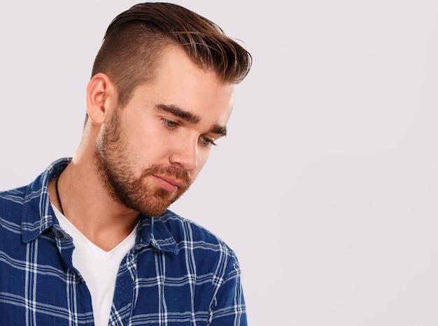 Emozioni. giovane in camicia blu