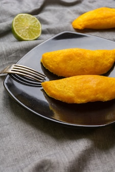 Empanadas colombiani, fatti di carne e fritti nell'olio.