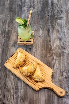 Empanadas e mojito argentini su fondo di legno