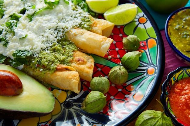Enchiladas verdi cibo messicano con guacamole