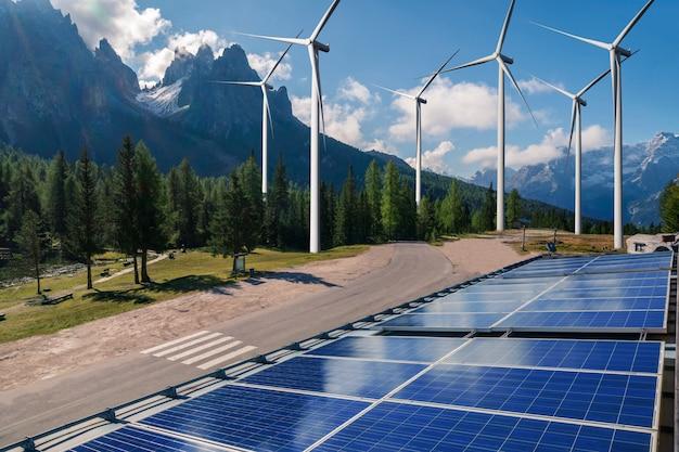 Energia pulita da pannelli solari e turbine eoliche.