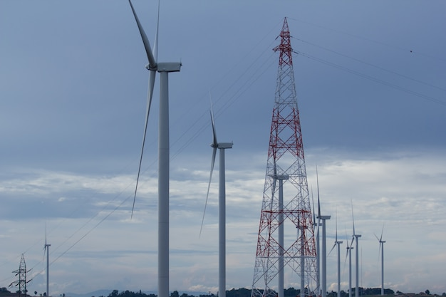Energia rinnovabile, turbina da vino con cielo blu.