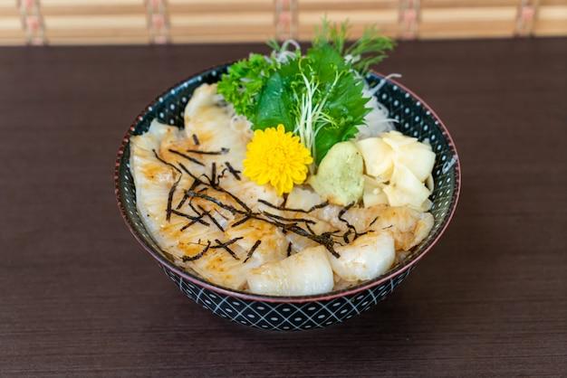 Engawa su ciotola di riso sormontata (donburi)