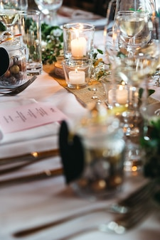 Enorme decorazione con candele sul tavolo delle vacanze
