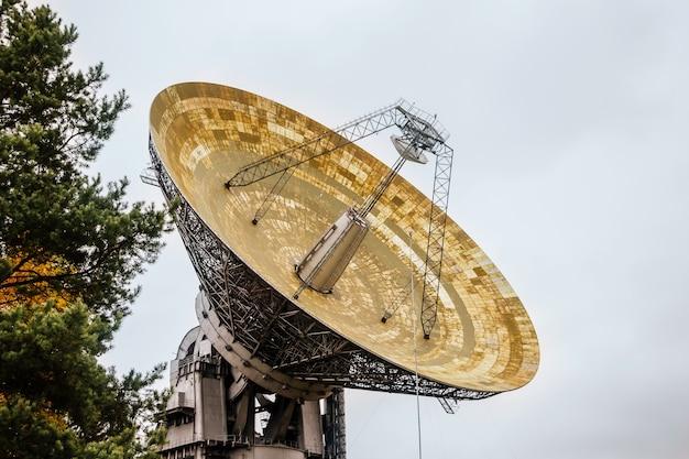 Enorme radiotelescopio in un laboratorio astronomico
