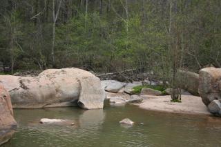 Enormi rocce nel fiume