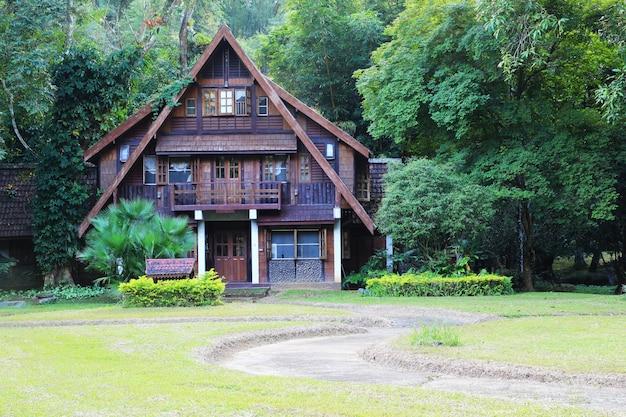 Entra in casa di legno