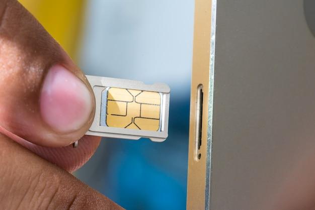 Entra nel telefono cellulare nano-sim.