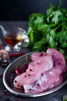 Entrecote e condimenti di bistecca di carne fresca cruda nel piatto di ferro con olio, peperoncino rosso, spezie aneto