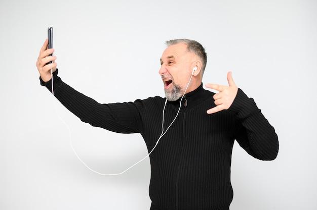 Entusiasta uomo maturo, parlando al telefono