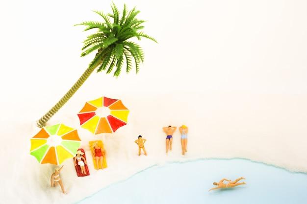 Eople che prende il sole, corre e nuota sulla spiaggia