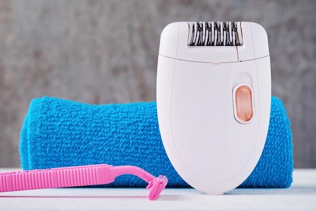 Epilatore, rasoio da barba e asciugamano da bagno