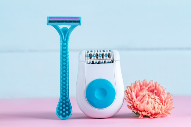 Epilatore, rasoio da barba per donna e fiore rosa. depilatoria. rimozione di peli superflui. concetto di epilazione