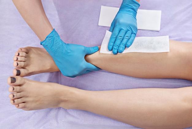 Epilazione delle gambe con cera