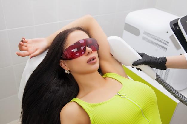 Epilazione laser e cosmetologia nel salone di bellezza. procedura di depilazione epilazione laser, cosmetologia, spa e depilazione