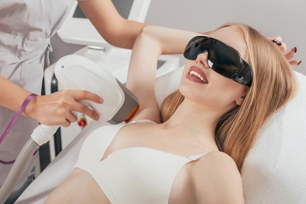 Epilazione laser e cosmetologia. procedura di cosmetologia per la depilazione. epilazione laser e cosmetologia