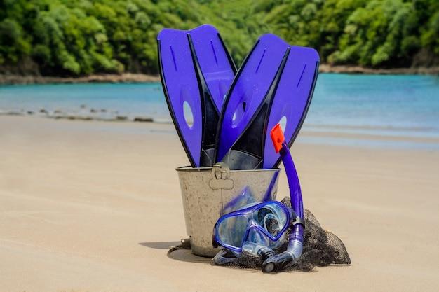 Equimento per fare snorkel sullo sfondo della spiaggia