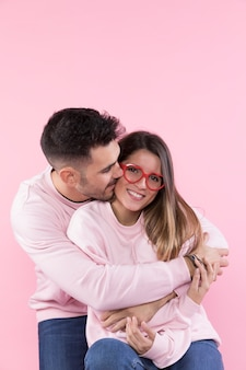 Equipaggi abbracciare la donna attraente allegra con gli occhiali