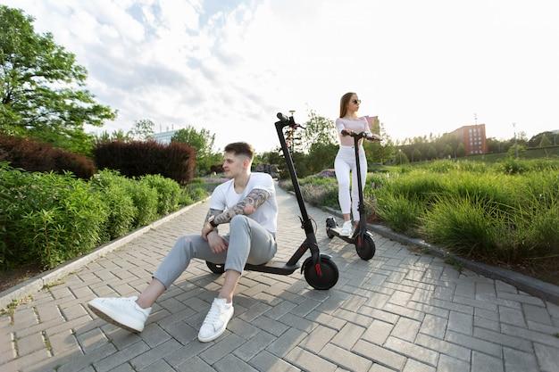 Equipaggi e una donna che guida i motorini elettrici in un parco