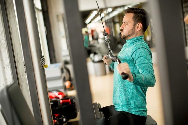 Equipaggi fare excersise su una lat machine in palestra
